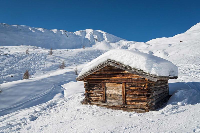 Mitten in der winterlichen Berglandschaft in Südtirol