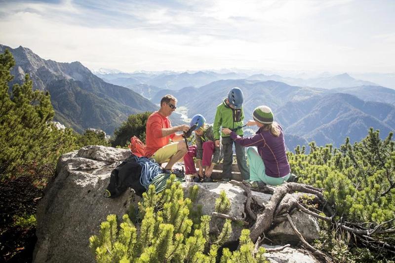 Im PillerseeTal gibt es viele Klettersteige, Klettergärten, Kletterparks und eine Indoor Kletterhalle die Du in 5 Gehminuten im Erlebnispark finden kannst