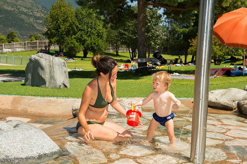 Freibad mit Baby-Plantschbecken