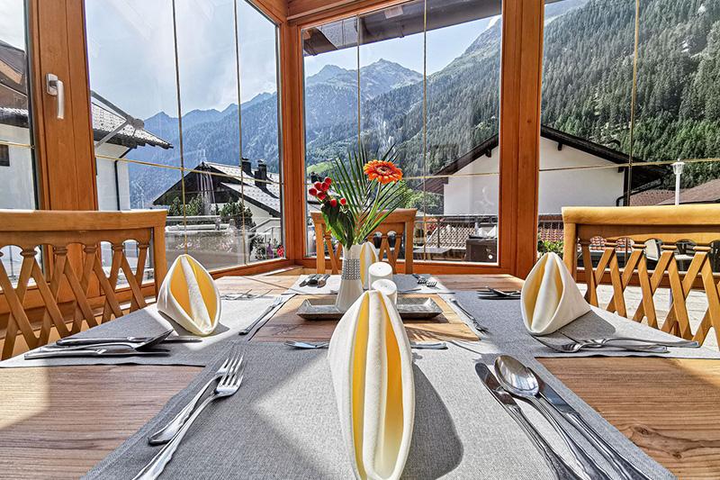 Hier kannst Du mit Panoramaausblick auf die Kaunertaler Alpen frühstücken