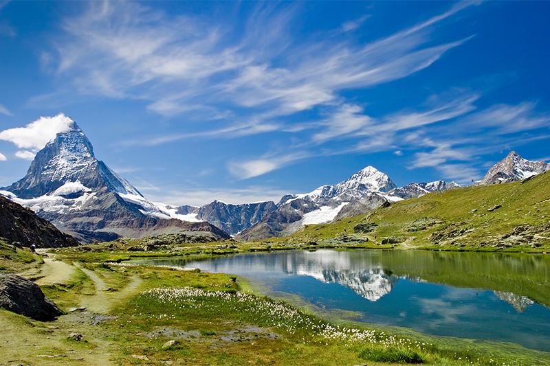 Der  Kaunertaler Gletscher am Talschluss speist den Gepatsch-Stausee, der wie ein türkiser Smaragd zwischen den Bergrücken liegt