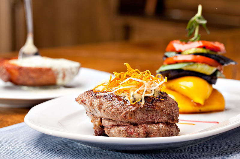 Gehe auf eine kulinarische Reise und besuche unseren Partnerrestaurants in traditionellen Gasthäusern oder in urigen Hütten