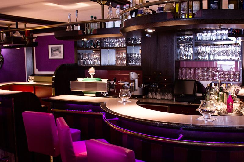 Nach der Wanderung ein Drink? Die hoteleigene Bar bietet dir einen Absacker für deinen gelungenen Tag