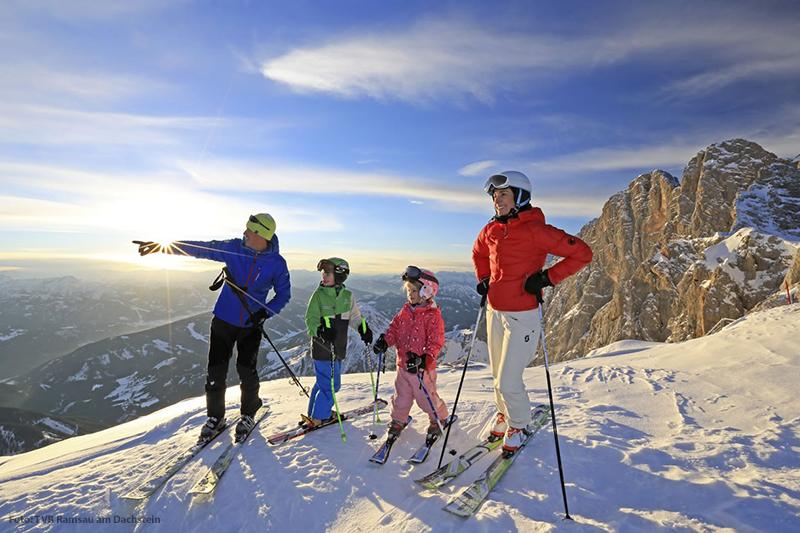Familie beim Skifahren in der Ramsau
