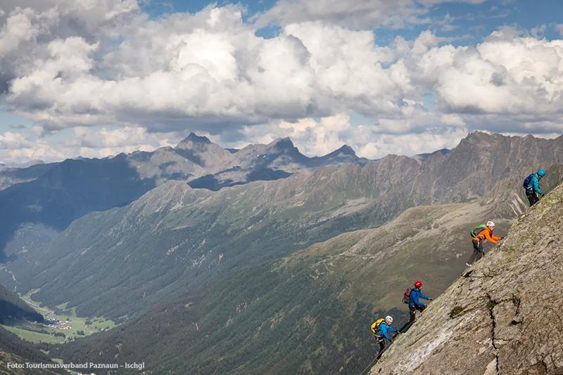 Akivurlauber gönnen sich ein Klettererlebnis in der Bergwelt von Galtür