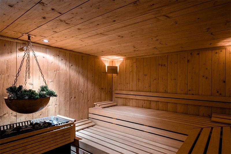 Wellnessbereich mit finnischer Sauna, Eisbrunnen und Bergkristallraum