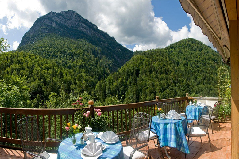 Terrasse mit Blick auf die malerische Weißbachschlucht