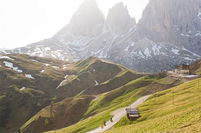 Motorradurlaub mit Blick auf die Gipfel der Dolomiten