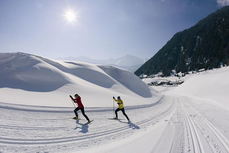 Beim Langlaufen über den Schnee gleiten