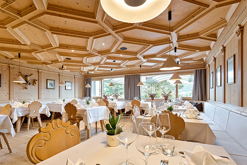 Es schmeckt im StephansHof in Villanders! Hier im Speisesaal genießt Du mit Hochgenuss Deinen Urlaub in Südtirol