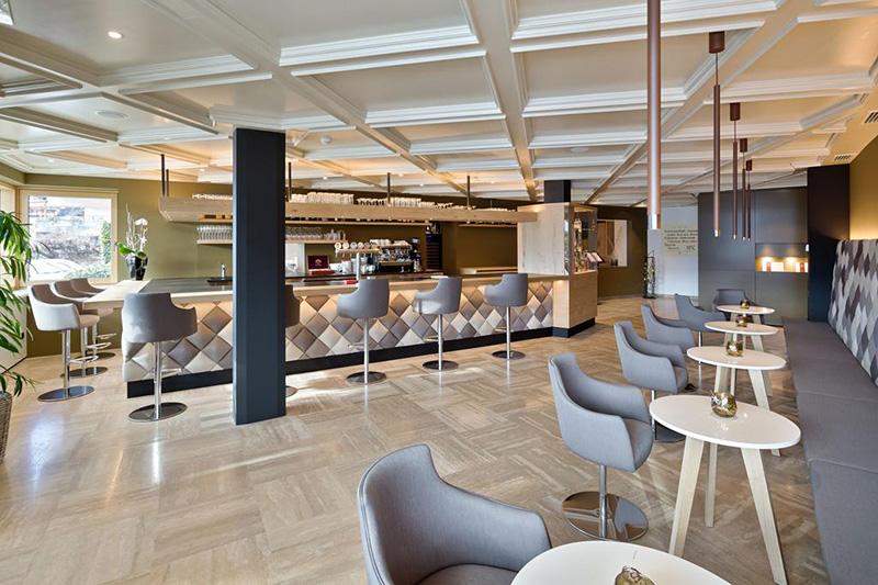 Die Hotelbar im Stephanshof in Südtirol ist stylisch und modern eingerichtet