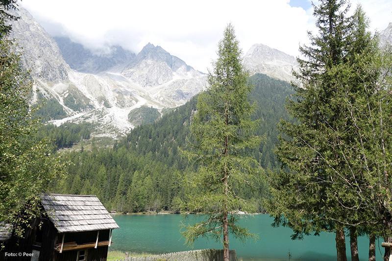 Der Antholzer See, ein Bergsee auf rund 1.650 m Meereshöhe