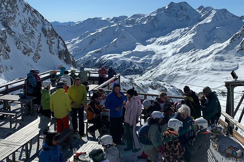Gesellige Skipause auf der Schutzhütte Schöne Aussicht