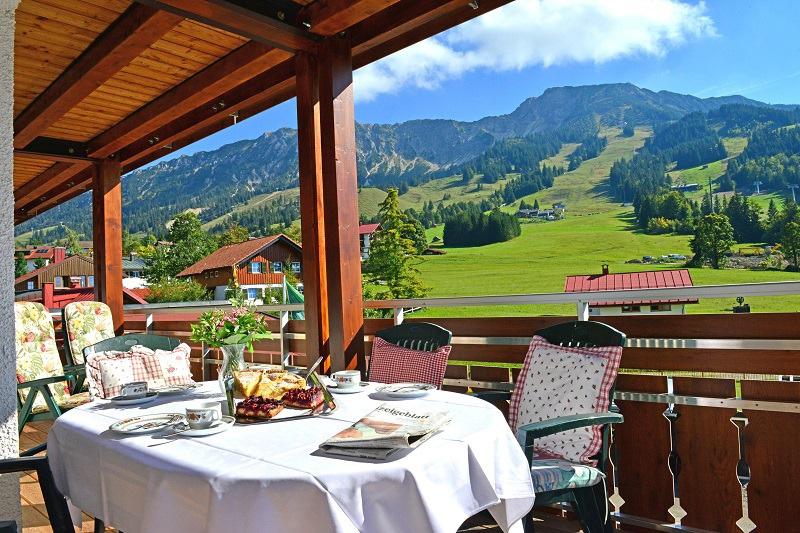 Essen und Trinken auf der Terrasse