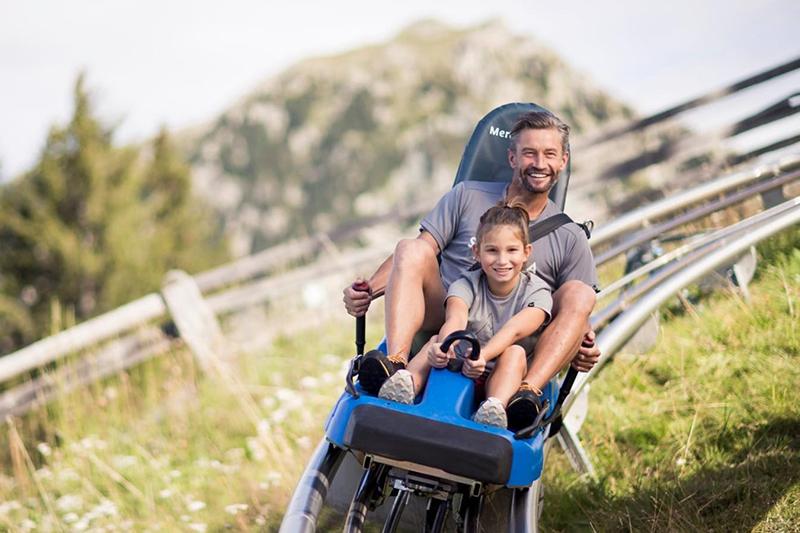 Auf Meran 2000 ist Rodelspaß auch im Sommer angesagt! Die 1,1 km lange Schienenrodelbahn garantiert Kindern und Erwachsenen ein unvergessliches, rasantes Erlebnis