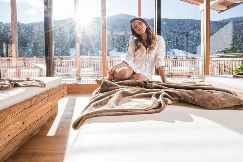 Ruheraum mit großen Panoramafenstern im 1200 m² Wellnessbereich des Alpine Nature Hotel Stoll in Südtirol