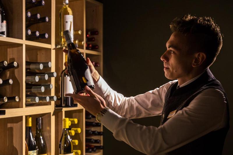 Das Eisacktal ist die Weißweinregion Südtirols. Hier wachsen fruchtige, temperamentvolle, charaktervolle Weine mit einer feinen Mineralität. Angebaut werden neben Veltliner, Riesling und Pinot Grigio auch Sylvaner, Kerner, Gewürztraminer und Müller Thurgau. Das gewisse Etwas erhalten die Eisacktaler Weißweine durch die besondere Lage