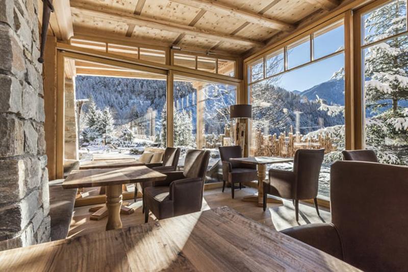 Große Panoramafenster ermöglichen vom Restaurant den Blick in die Natur