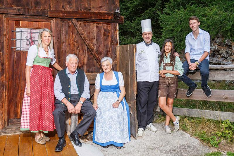 Gastgeberfamilie Egger vor ihrer Hütte vor dem Wohlfühlhotel Falzeben in Hafling bei Meran