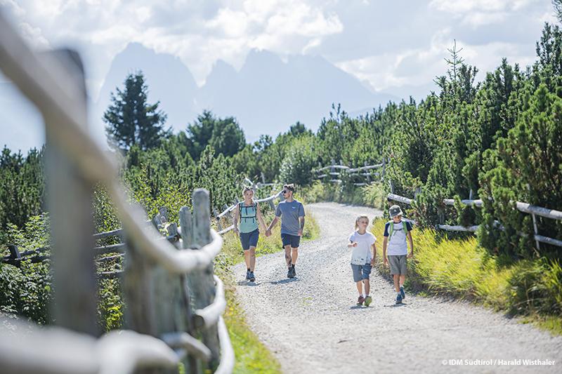 Der Stephanshof ist Dein Wanderhotel in Südtirol. Von hier führen die Wege hinauf bis auf die weite Villanderer Alm, zu den bizarren Dolomitengipfeln und dem Alpenhauptkamm