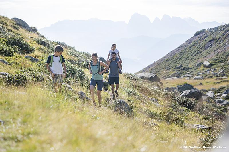 Die Villanderer Alm & Dolomiten locken! Das 20 km² große Wandergebiet der Villanderer Alm ist eines der schönsten Wandergebiete auf den Hochalmen Südtirols. Es erstreckt sich von 1700 bis auf 2500 Meter Meereshöhe
