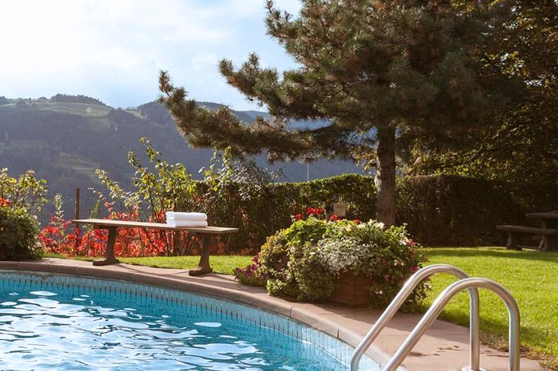 Tauche ein in die Pools und das Bergpanorama! Das Hotel StephansHof in Villanders lässt Dir im Sommer die Wahl: entweder im hoteleigenen Freibad mit Dolomitenpanorama eintauchen oder im Hallenbad untertauchen