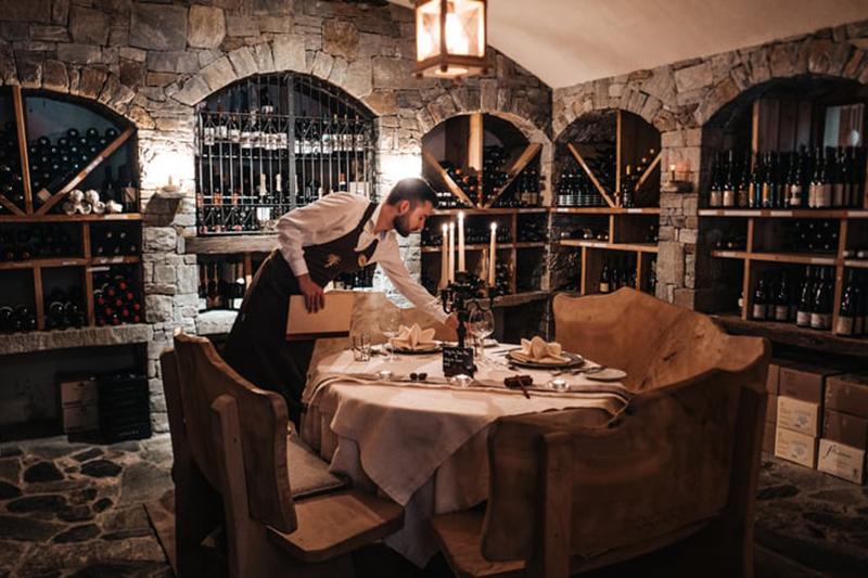 Zweisamkeit beim Privat-Dinner für verliebte Herzen im Naturhotel Lüsnerhof - die Badl-Stube oder der Weinkeller bieten den besten Rahmen für ein intimes Candle Light Dinner zu zweit
