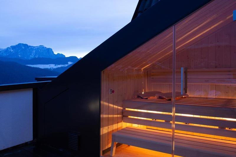 Privat-Sauna auf der Panorama-Terrasse der Panorama Suite des Südtiroler Granpanoramahotel Stephanshof in Villanders
