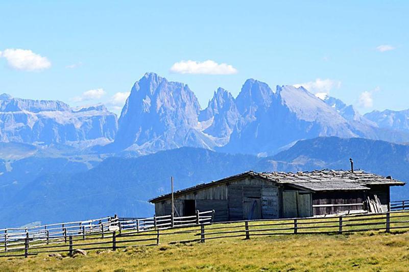 Die höchste Erhebung der Villanderer Alm ist der Villanderer Berg mit seinen 2.509 m Meereshöhe.  Er bildet dabei zugleich den exakten geographischen Mittelpunkt Südtirols. Unzählige Wanderwege führen hier über die weiten, flachen Almgebiete, vorbei an urigen Hütten zu einsamen Kapellen und Gebirgsseen. Einzigartig in Südtirol ist wohl der Weitblick, der sich von der Villanderer Alm aus auftut: von der Rieserfernergruppe über die Dolomiten zu den Zillertaler und Ötztaler Alpen, Ortler, Brenta, Adamello, Sella und Marmolada… das Panorama ist beeindruckend