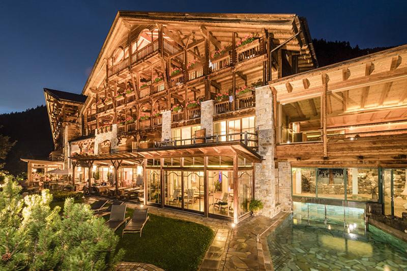Immer wieder ein Genuss für die Augen: Die hölzerne Außenfassade des Naturhotel Lüsnerhof in Abendbeleuchtung