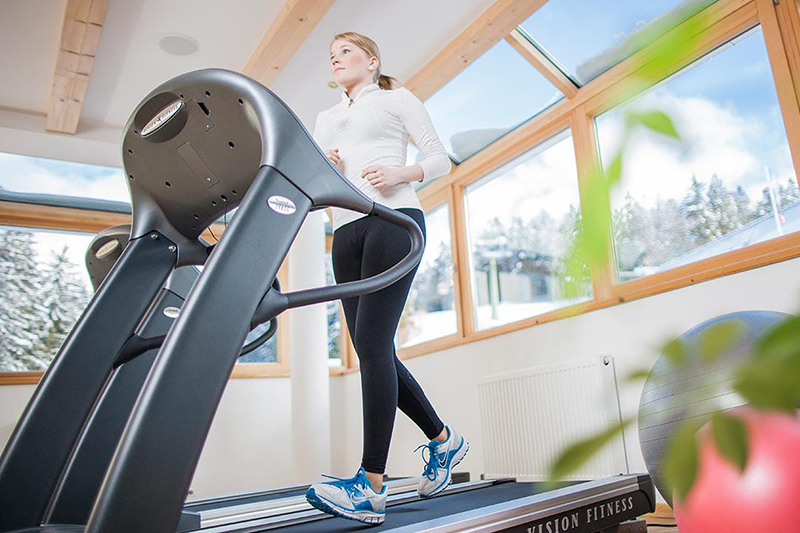 Zum Wellnessurlaub in Südtirol gehört auch, dass man sich fit hält. Das geht u.a. im Fitnessraum im Wellnesshotel Falzeben