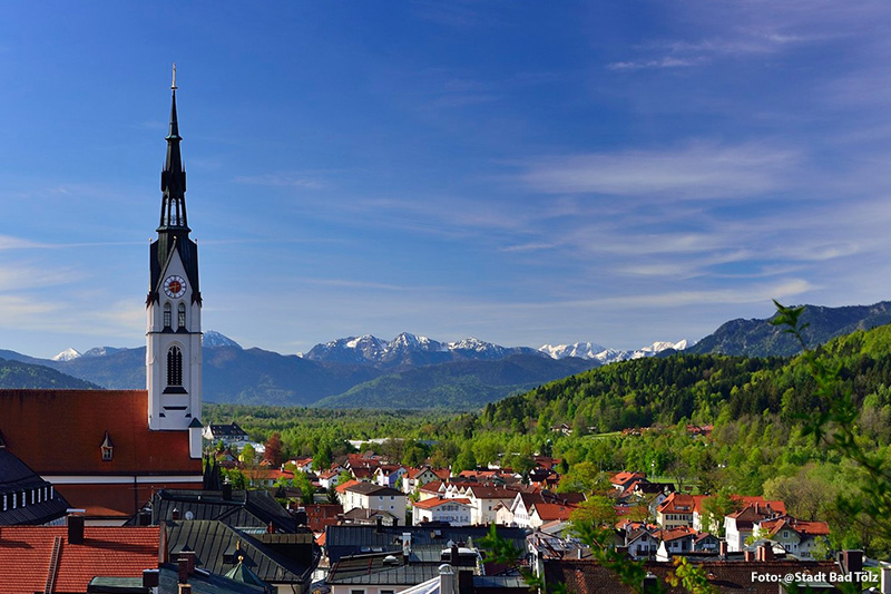 Alpenpanorama über den Dächern von Bad Tölz