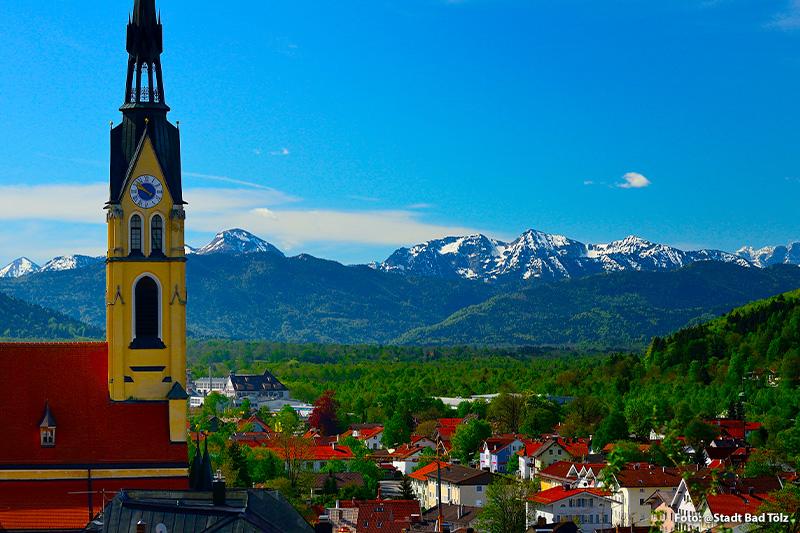 Malerisch  in  die  Voralpenlandschaft  gebettet,  schmiegt  sich Bad Tölz an schneebedeckte Berge