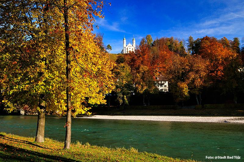 Herbstlicher Blick auf die Kalvarienbergkirche in Bad Tölz