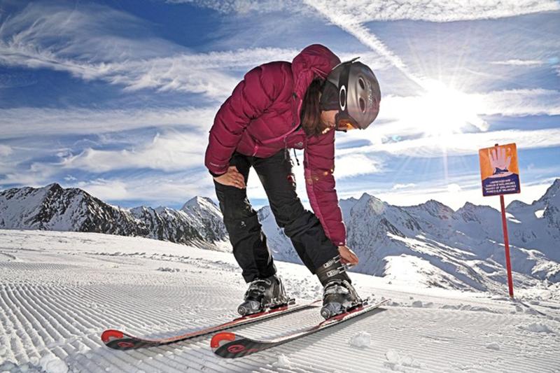 Skifahrerin vor traumhafter Bergkulisse im Skigebiet Obergurgl-Hochgurgl