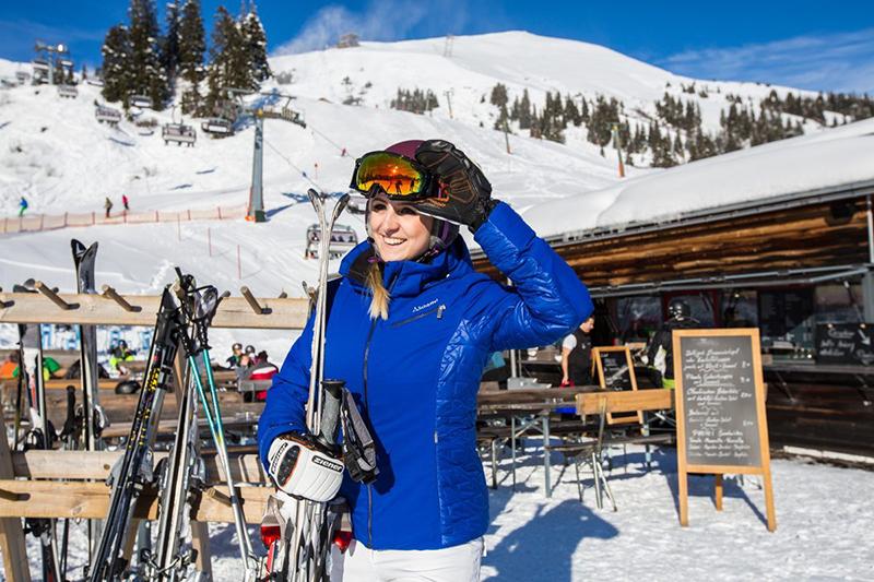 Skifahrerin an der Hütte