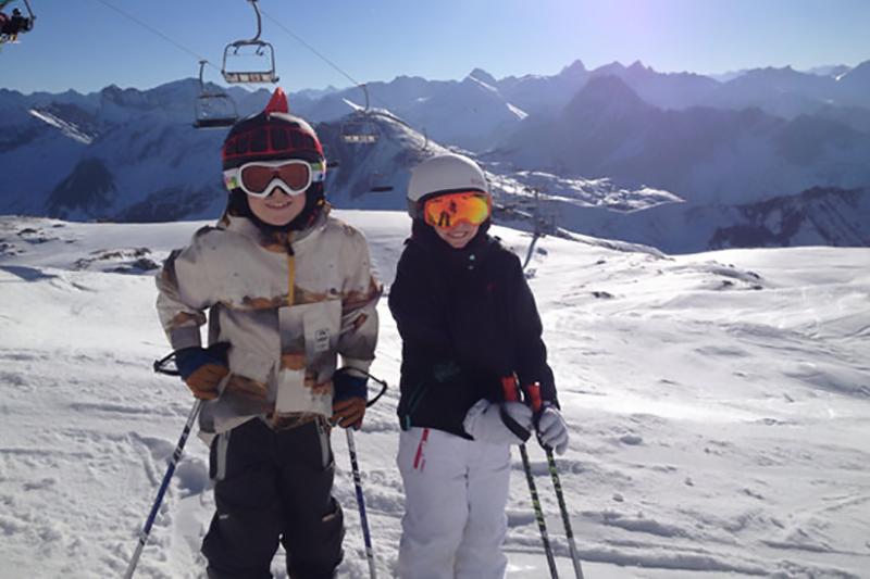 Kinder beim Skifahren in Oberstdorf im Allgäu