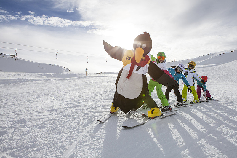 Skischule mit Maskottchen
