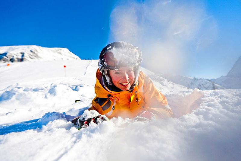 Schneeschlacht im Winterurlaub im Berchtesgardener Land