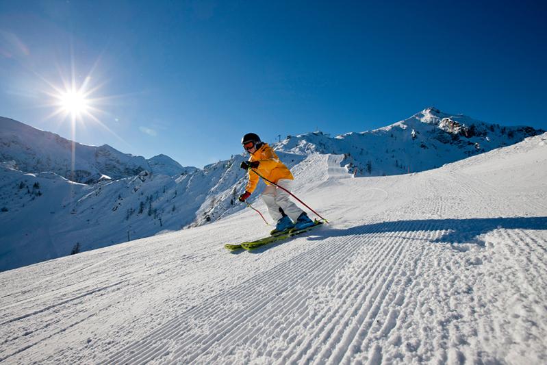 Skifahrerin auf der gut präparierten Piste