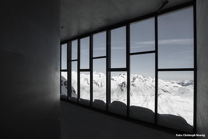 Auf größtenteils unterirdischen 1.300 Quadratmetern werden Besucher durch verschiedenste Galerien mitten hinein in die Welt des berühmten Spions geschickt