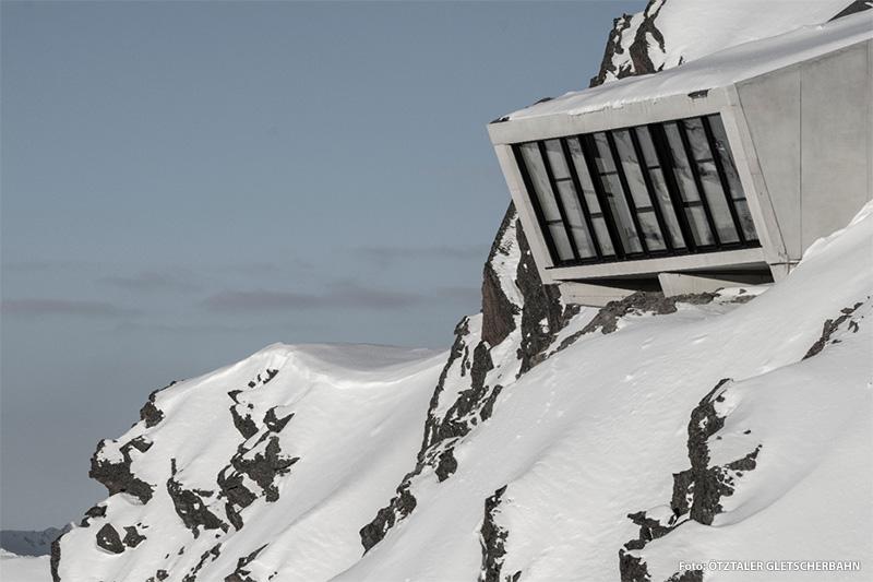 """Die Installation """"007 ELEMENTS"""" thront auf 3.050 m Seehöhe am Gipfel des Gaislachkogls, versteckt sich aber ganz im Stil eines Geheimagenten im Inneren des Berges"""