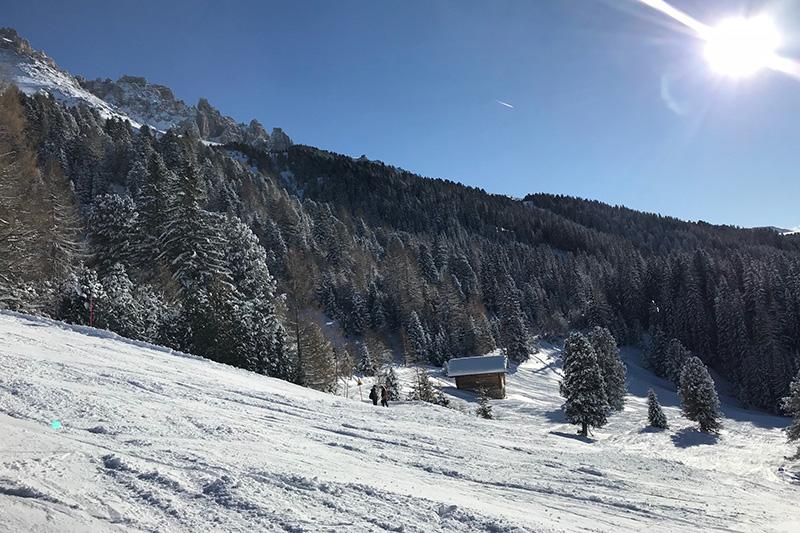 Skifahren mit Panoramablick auf die Dolomiten