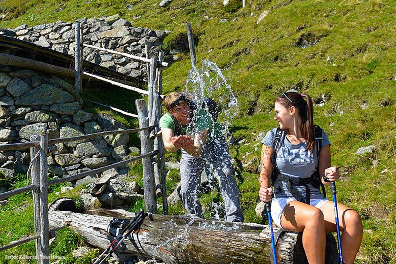 Nasse Abkühlung beim Wandern in Tirol