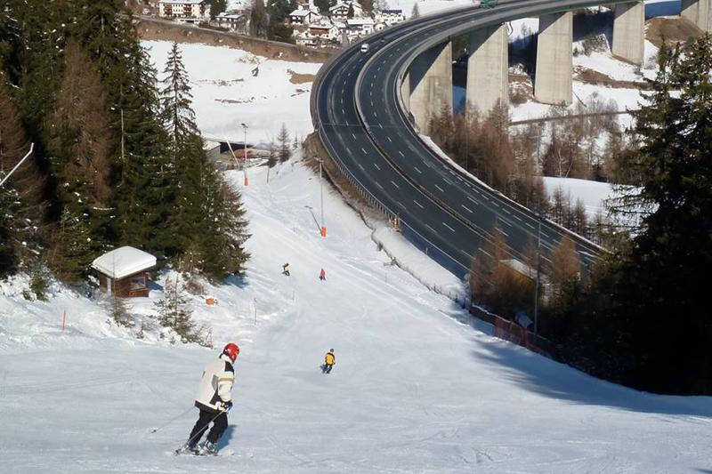 Familienabfahrt an dert Brennerautobahn im tiroler Skigebiet Bergeralm in Tirol
