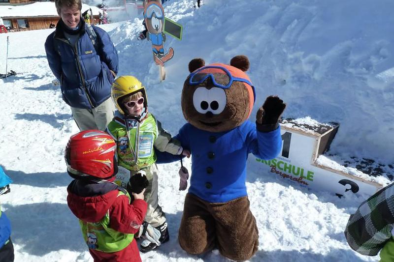 Maskottchen Noah mit den kleinen Skifahrern