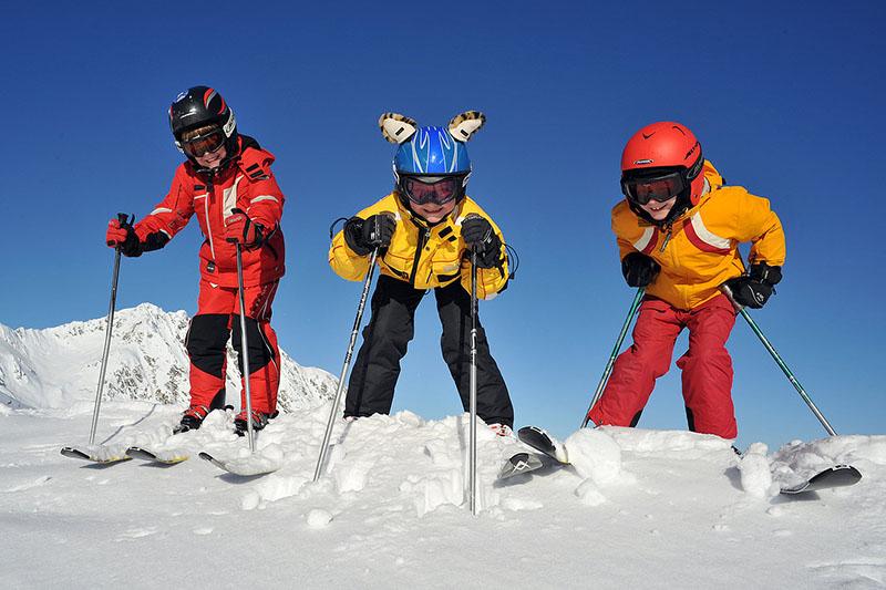 Kinder beim Skifahren im Skigebiet Kirchberg-Pass-Thurn