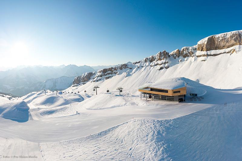 Bergstation der Ifenbahn II, im Hintergrund die markante Felswand des hohen Ifen