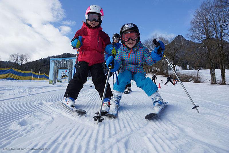 Kleine Skifahrer auf der Piste Lenggries - Brauneck im Tölzer Land