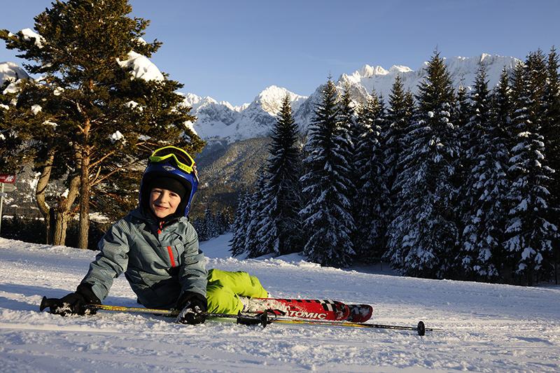 Junger Skifahrer im Schnee in Mittenwald das Familien Skiparadies am Kranzberg